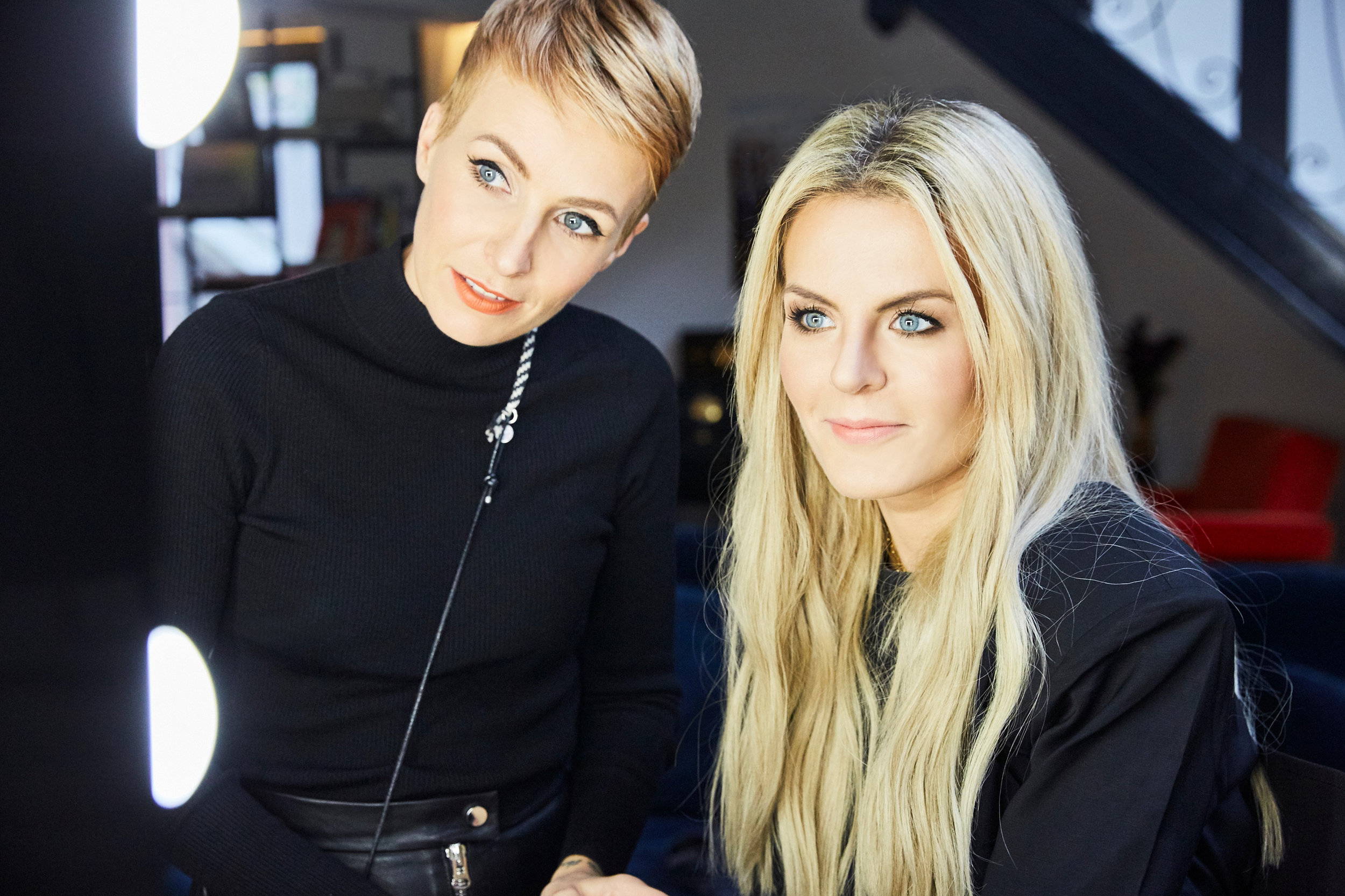 Make-up Artist Miriam Jacks mit Bloggerin Marina the Moss beim Styling für die balmain x loreal Party in Paris.