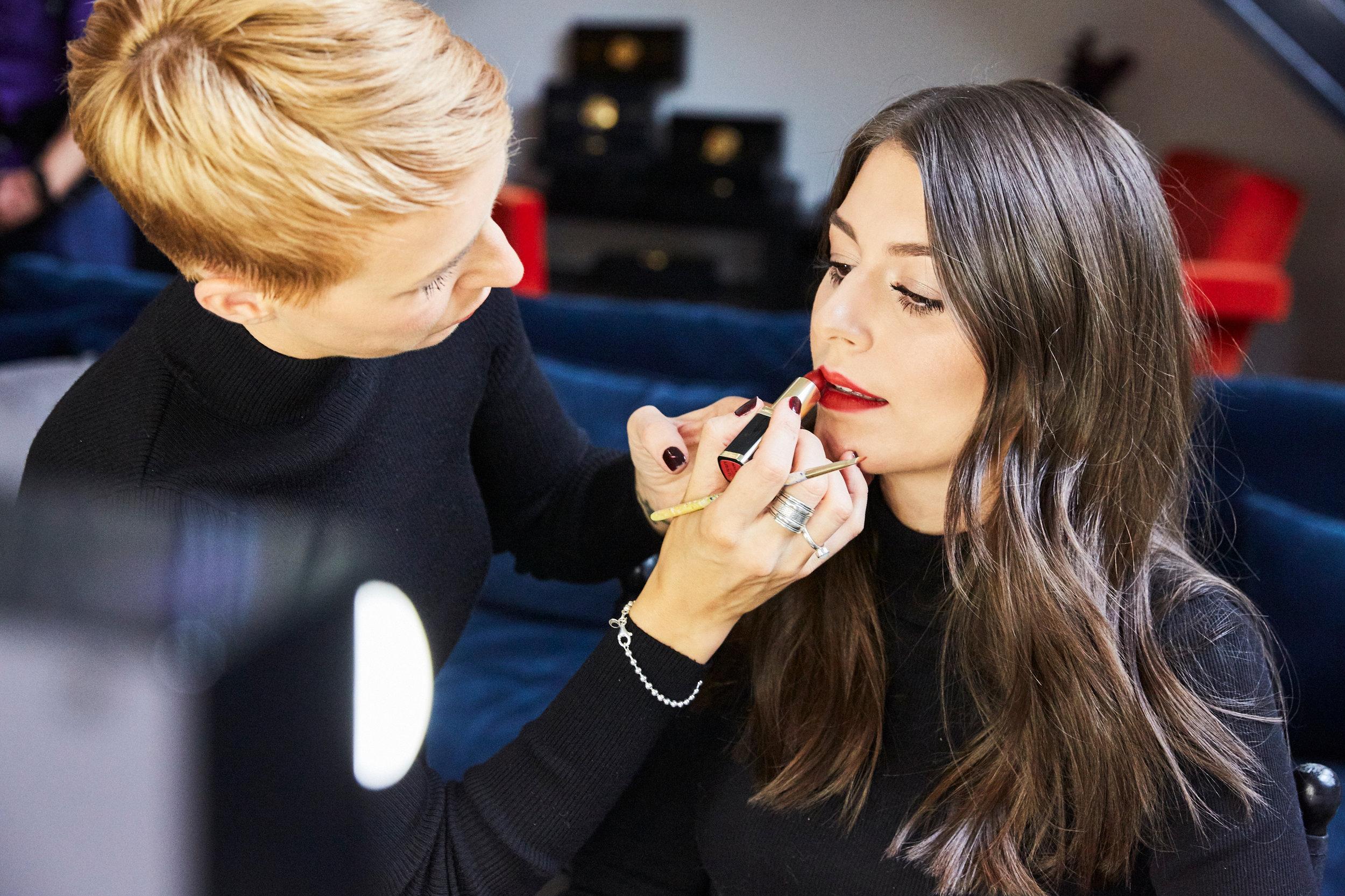 STEP 5 - Mit dem Lippenstift - Sara hat sich für einen klassischen Rotton