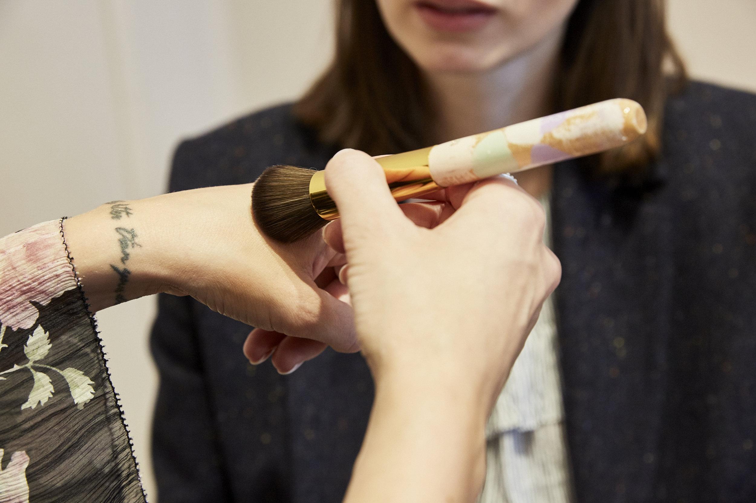 DAS MAKE-UP - Carolin benutzt am liebsten flüssige Foundation, der Nachteil ist, dass diese schmiert, wenn man sie mit den Fingern aufträgt. Gerade wenn man unterwegs ist, möchte man keine dreckigen Pfoten haben. Also ist der beste Tipp immer:ein Foundation-Pinsel in der Tasche. Damit geht es am schnellsten und es entstehen keine Flecken. Man kann den Pinsel auch für Puder benutzen. Durch das synthetische Haar saugt er nicht so viel Produkt auf wie bei Echthaar und der Teint sieht auch mit wenig Make-up sehr ebenmäßig aus.