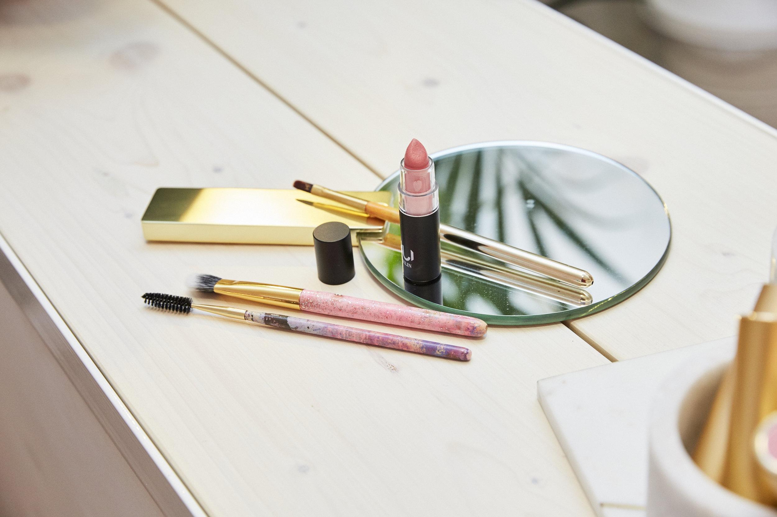 Oben: Miriam Jacks bei Lovely Day Botanicals mit NUI Berlin Lipstick. Unten:JACKS beauty line Pinsel werden nun auch bei Lovely Day Botanicals in der Emser Str. 126, 12051 Berlin verkauft