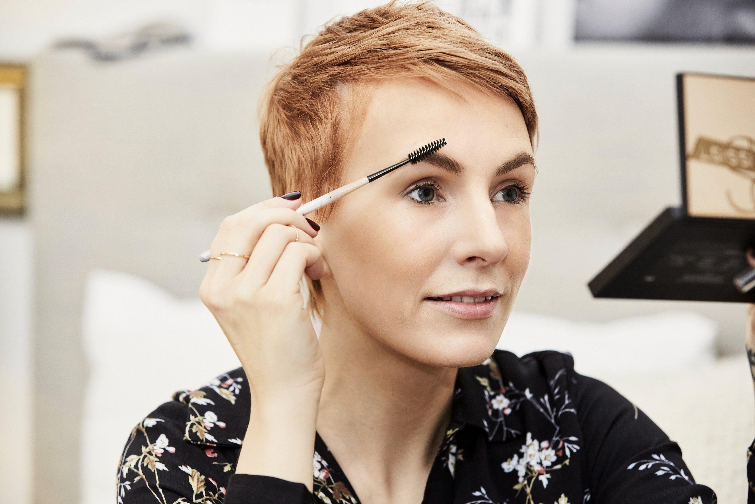 STEP 3 - Als nächstes kämme ich überschüssiges Puder aus den Augenbrauen, bringe sie in Form und fülle Lücken mit einem Augenbrauenstift auf. Kleiner Tipp: wenn du sehr buschige Augenbrauen hast, einfach etwas Haarspray oder Spraywax auf das Bürstchen sprühen und noch mal in Form kämmen.