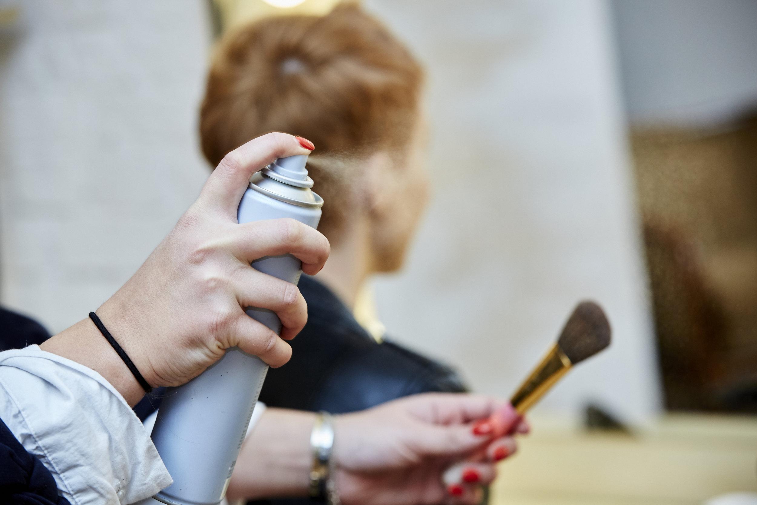 FINISH - Kathi verrät uns noch einen Profi Trick:Du sprühst etwas Haarspray auf einen Puder Pinsel, gehst damit über abstehende Härchen und drückst diese einfach ran. Der Trick eignet sich auch super für strenge Zöpfe, um den Look edel zu machen, so verhindert man lästige