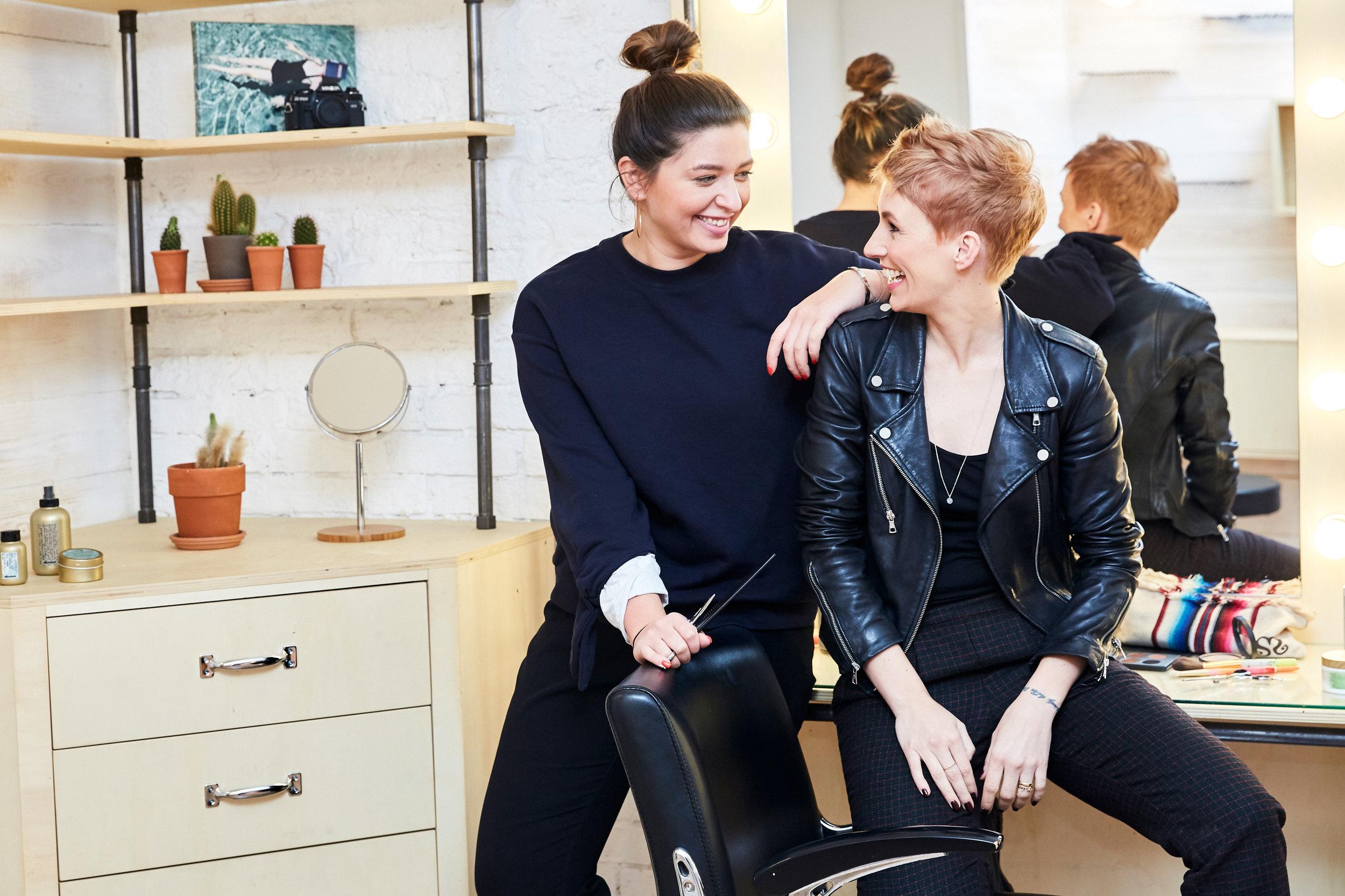 HAIR CUT & STYLEtipps für tolle Haare - Hast du auch das Gefühl, vor dem Jahreswechsel nochmal einige Veränderungen vornehmen zu müssen? Dann geht es dir wie uns und ganz vielen anderen Menschen. Wir wollen das neue Jahr mit viel positiver Energie einläuten und mit einem guten Gefühl starten. An erster Stelle für das eigene Wohlbefinden steht da ganz klar der Gang zum Friseur - neue Haare gehören einfach zum neuen JahrLOS GEHT'S
