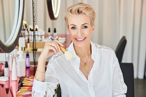 JACKS BEAUTY LINEneuheiten - Wie viele von euch ja schon wissen, hatte ich bereits 2009 die Idee, meine eigene Linie für Make-up Pinsel zu entwerfen. Zwei Jahre später fand ich schließlich eine Firma in Deutschland, die mir meine Pinsel genauso herstellen konnte, wie ich sie mir vorgestellt hatte, auch in der ausgezeichneten Qualität - JACKS beauty line war geboren!LOS GEHT'S