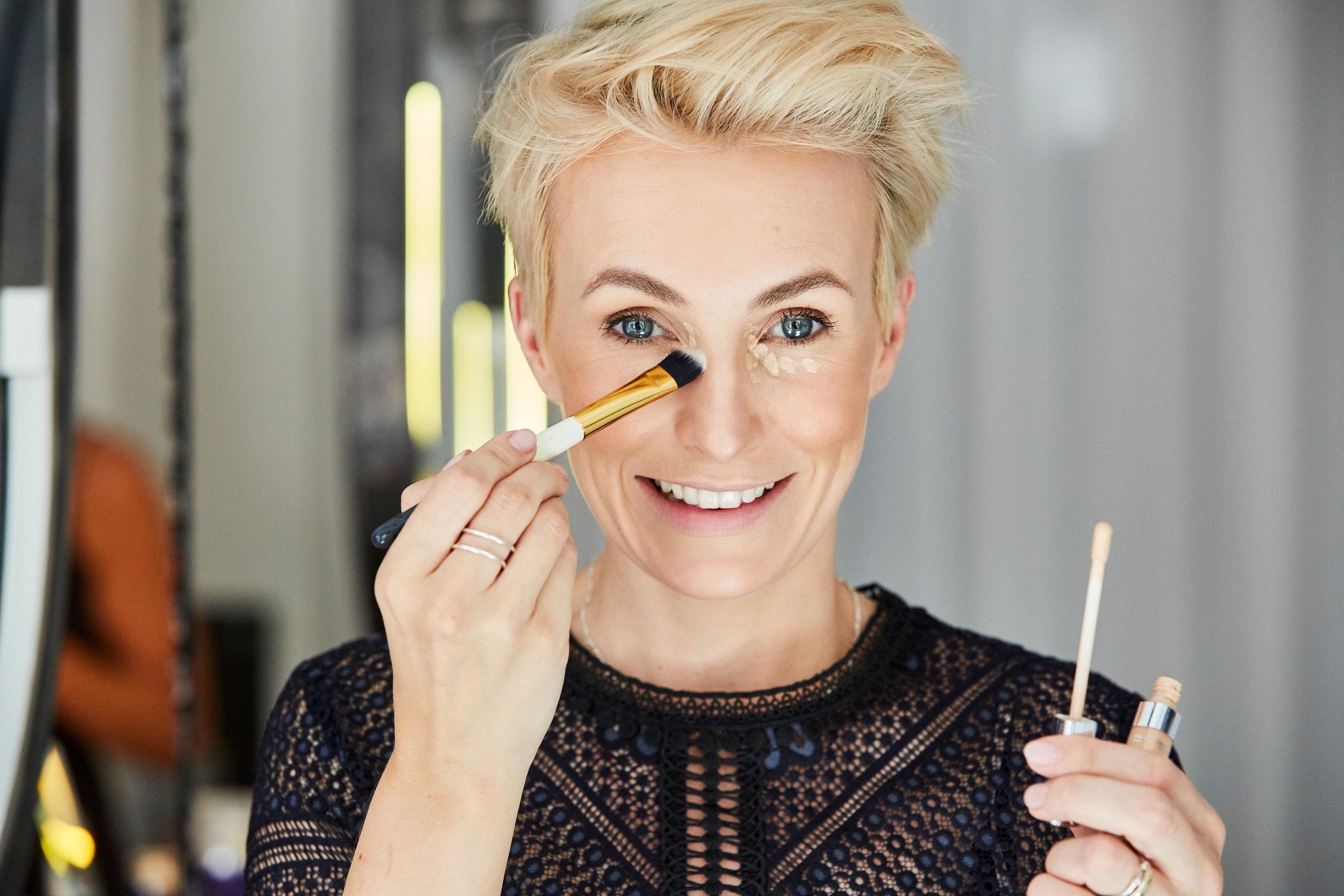 Concealer hilft Augenschatten, dunkle Ringe und Pigmentflecken abzudecken. Mit meinem Concealer-Pinsel #8 kannst du ihn schnell und ebenmäßig verteilen.