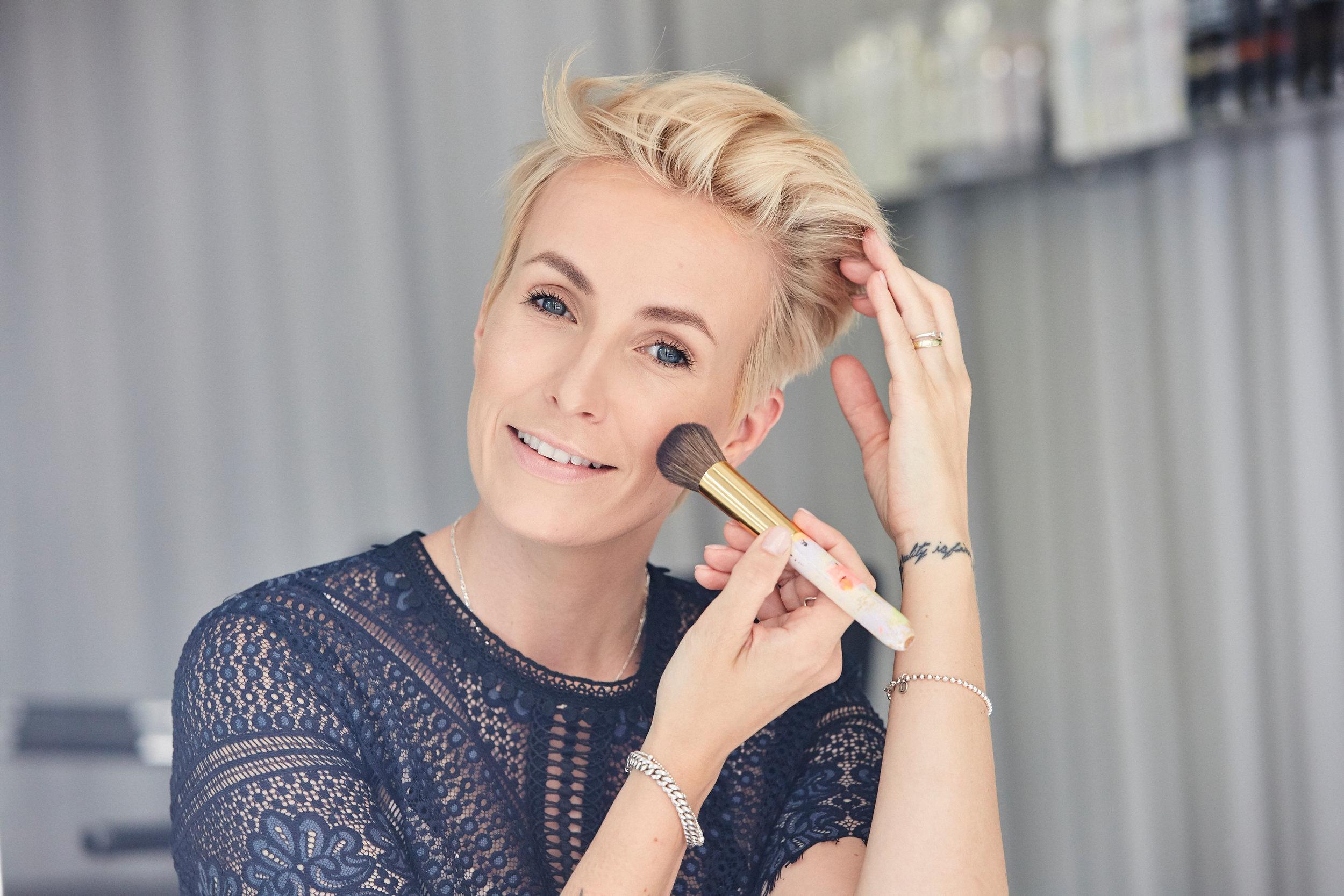 BEAUTY TIPPder perfekte teint - Jeden Monat, wenn ich meine Tage habe, habe ich mit, für meine Verhältnisse, schlechter Haut zu kämpfen. Nicht nur, dass die Haut an diesen Tagen schlecht aussieht, ich fühle mich auch so. Da bin ich besonders dankbar für mein Make-up, denn es lässt mich mich gleich viel besser fühlen.LOS GEHT'S