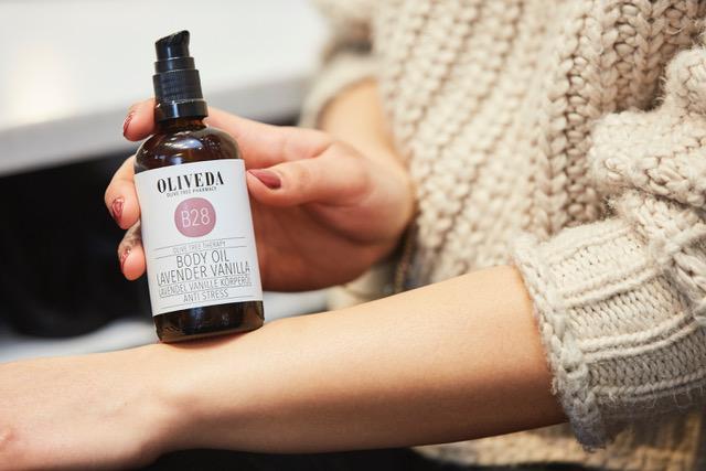 6 body oil - Mit dem Body Oil strahlt echt jede noch so trockene Haut. Am idealsten trägt man das Öl nach dem Duschen, noch auf leicht feuchte Haut auf. Super ist es auch für euer Set, liebe Artists, wenn die Haut so richtig schön glänzen soll. Der Duft von Lavendel und Vanille ist dazu noch beruhigend und lässt jeden Raum, den man betritt wunderbar duften.