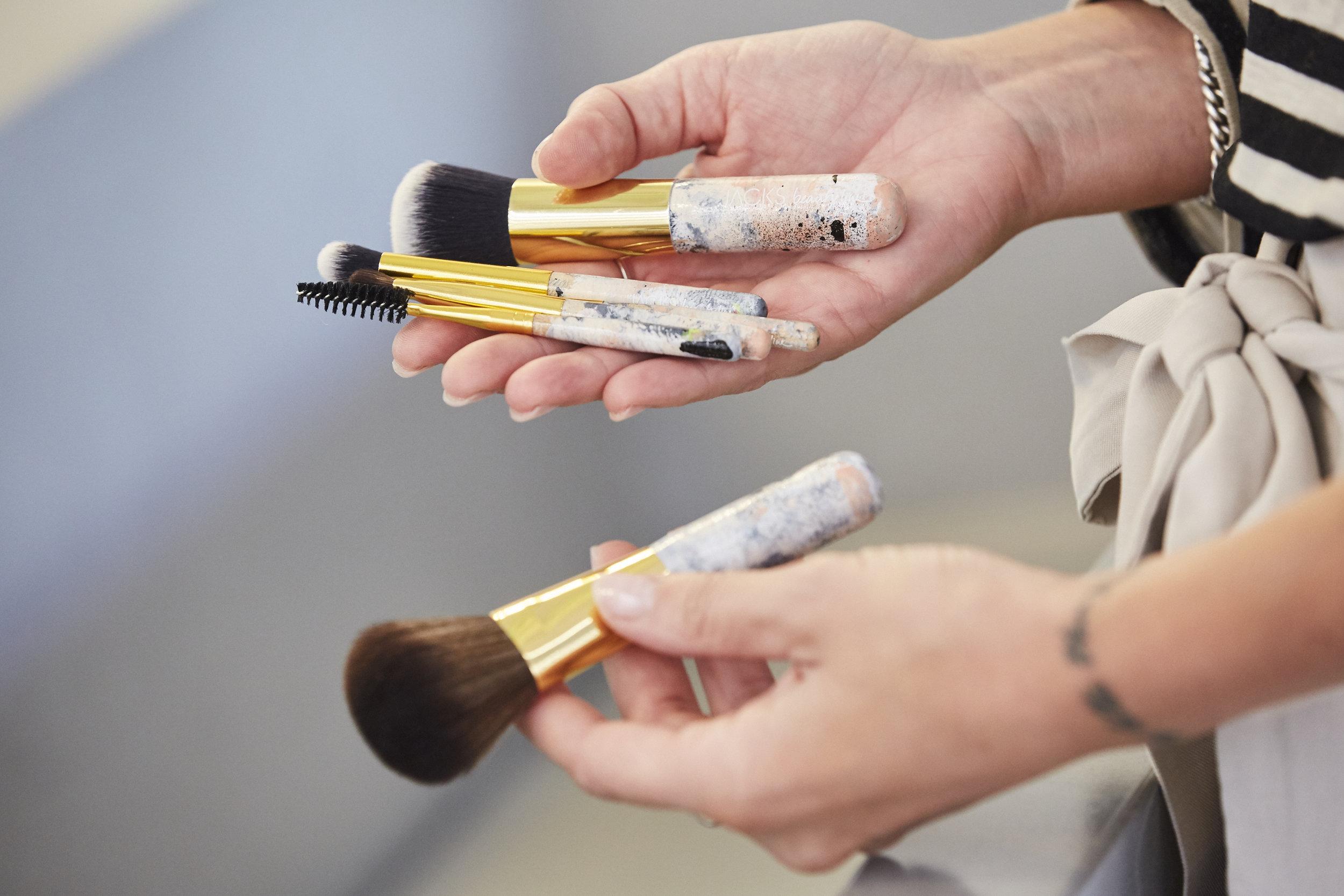 """BEAUTY TIPPso reinigst du deine kosmetikpinsel - In letzter Zeit wird mir vermehrt die Frage gestellt: """"Wie bekomme ich meine Schminkpinsel eigentlich richtig sauber?"""" oder """"Wie oft soll ich meine Pinsel waschen?"""" Daher ist es höchste Zeit einen weiteren Artikel über PINSEL-HYGIENE zu veröffentlichen!LOS GEHT'S"""