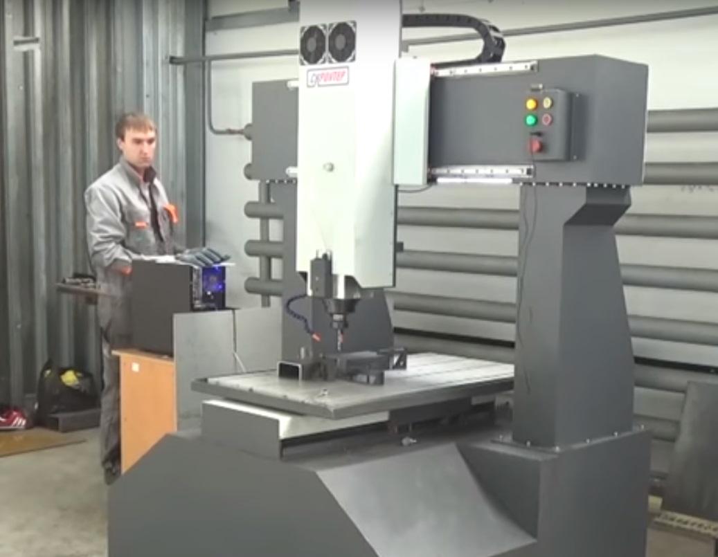 Вертикально ориентированный фрезерный станок   Обработкапрактически любых материаловалюминий, сталь, чугун и так далее. Станок механически обработан с точностью до 0.06 мм, а качественно изготовлены металлические детали гарантируют высокую виброустойчивость и прочность.