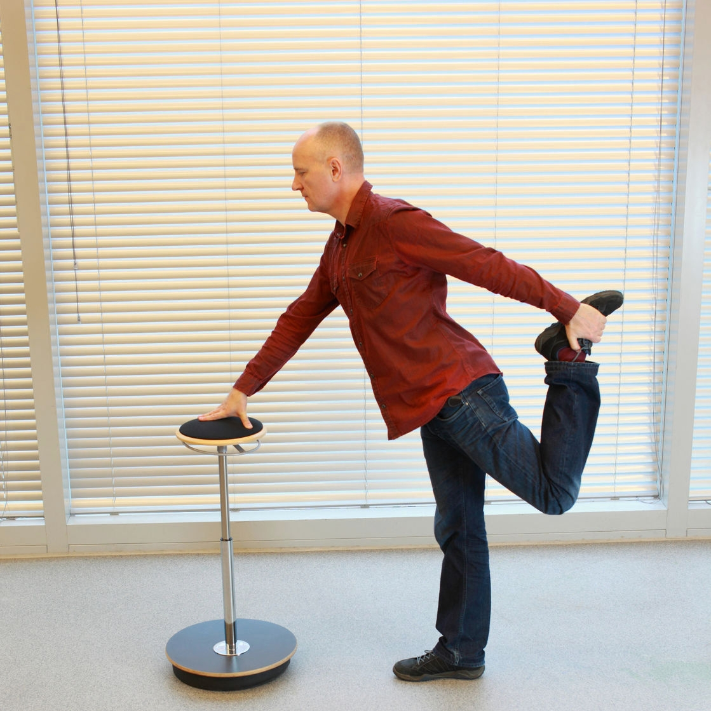 - 4. Con los pies separados lleva la pierna derecha hacia la cola tomando el pie con la mano contraria y sostenlo. Repite con la pierna izquierda.