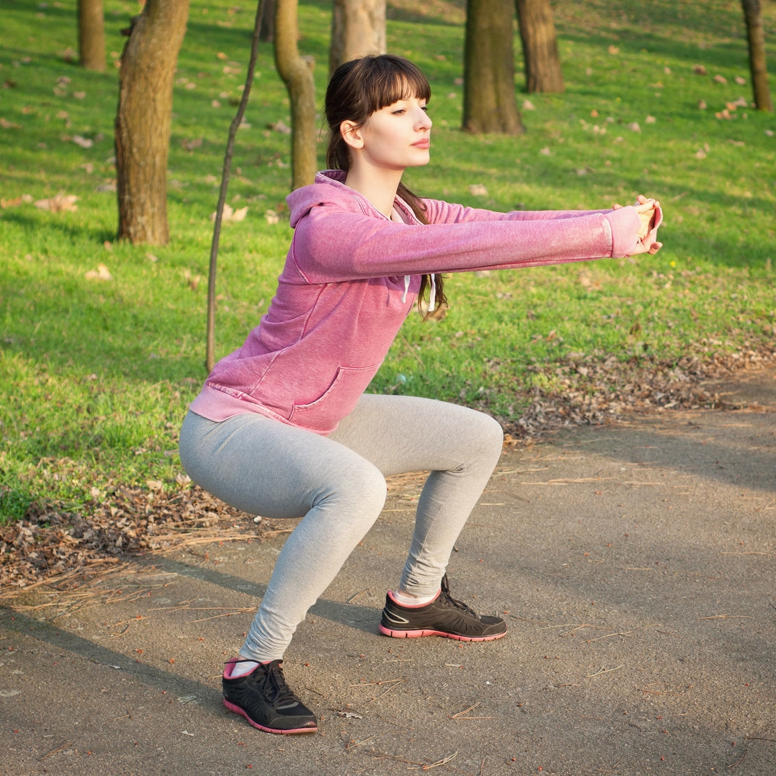 - 1.Realiza sentadillas. Estas ayudan a fortalecer las piernas. Recuerda bajar con la espalda recta, sacar la cola y estar atento a que las rodillas no pasen la punta de los pies.