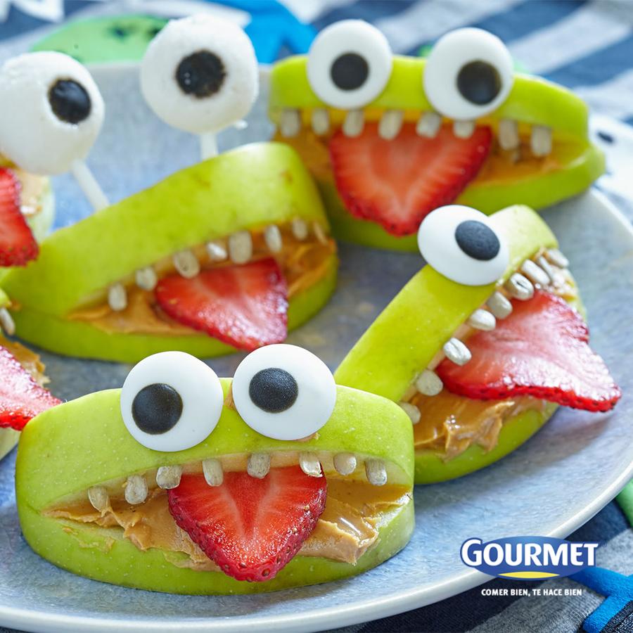 Caritas de monstruos divertidas - Corta manzanas verdes para hacer su boca y usa fresas para su lengua. Utiliza mantequilla de maní para adherir los dientes (puedes utilizar arroz inflado para cada uno) y para fijar los ojos (que pueden ser gomas de color blanco y negro).