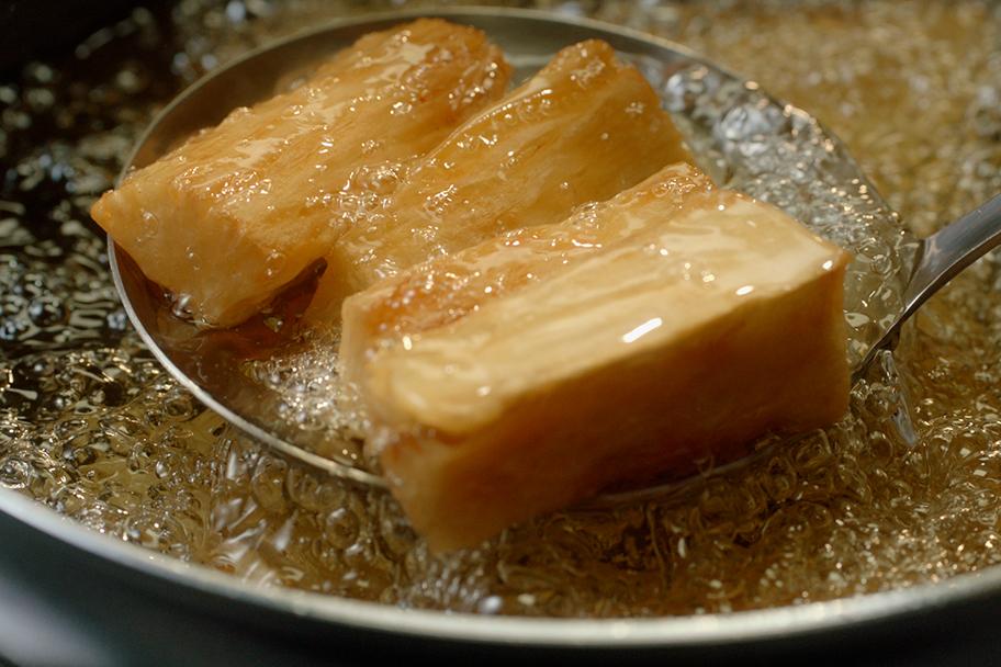 Un buen aceite para freír y obtener fritos limpios, secos y crocantes, resiste altas temperaturas.