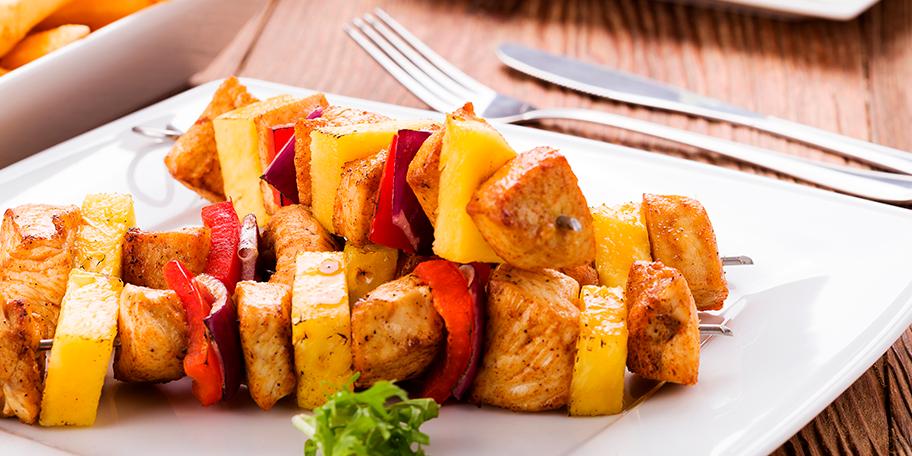 Con  aceite Gourmet®  Familia prepara brochetas de pollo con menos del 1% de absorción