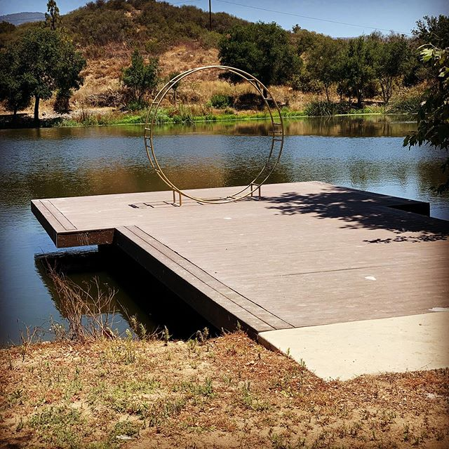 Our newest Circle Arch! How's that for a backdrop, dock and all 😍 👰🏻🤵🏻 ❤️ For more info on rentals ⬇️ www.mywildwoodevent.com #circlearch #backdrop #wedding #farmhousewedding #socalwedding #wildwood #weddingrentals #winerywedding #temeculawinecountry #lakewedding #farmhousetablerentals