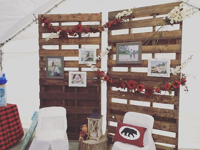 Simplicity! A backdrop enhances EVERYTHING! 🌲😍 multiple backdrops available. #party #wedding #weddingideas #backdrop #palletwall #pallet #rusticwedding #rustic #forest #bridetobe #babyshowerideas #justsaidyes #eventrentals #partydecor #barndoor #farmhousetable