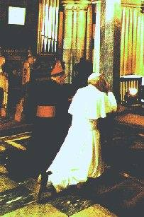 Cardinal Gray and Pope John Paul II pray at the St Andrew's Altar