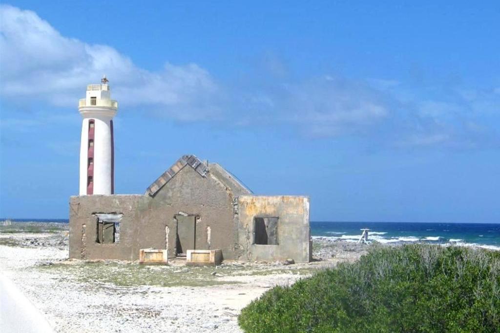 Bonaire-ruins-lighthouse.jpg