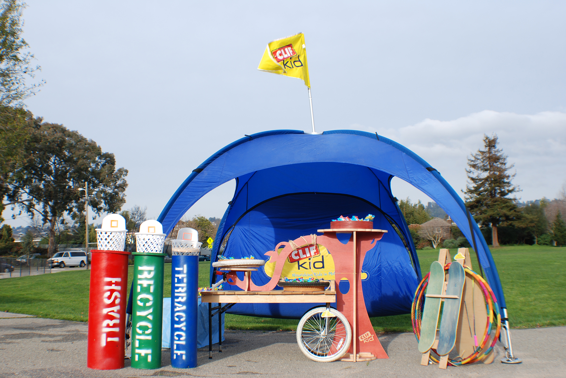 Our client asked us to create a fully portable booth for their 'ClifKids' brand. It had to meet a list of criteria, including being very kid friendly, made of re-used / recycled parts and easy for one person to put together.
