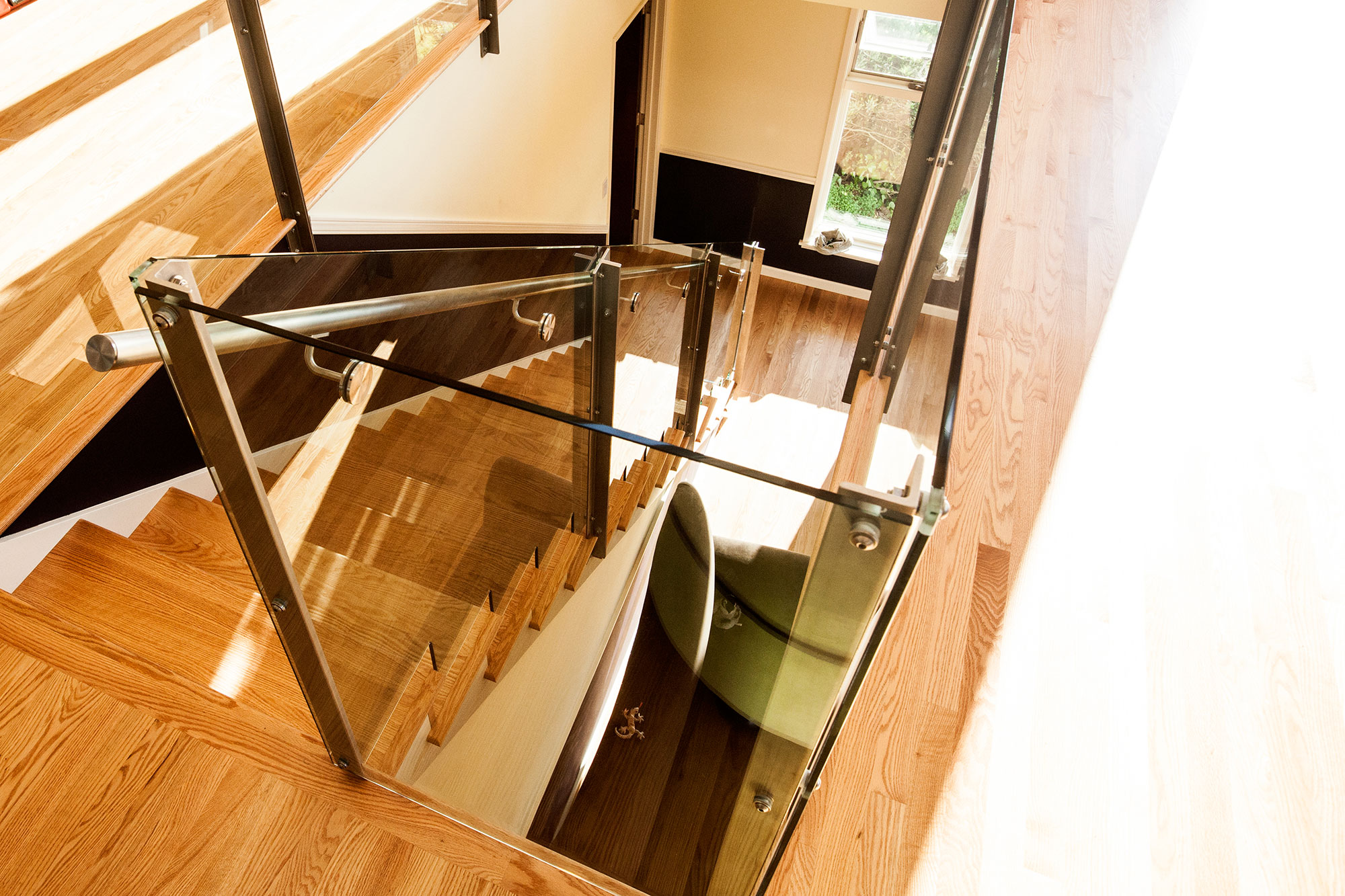 More glass railing to create unobtrusive railings that allow a clean visual and lots of light.