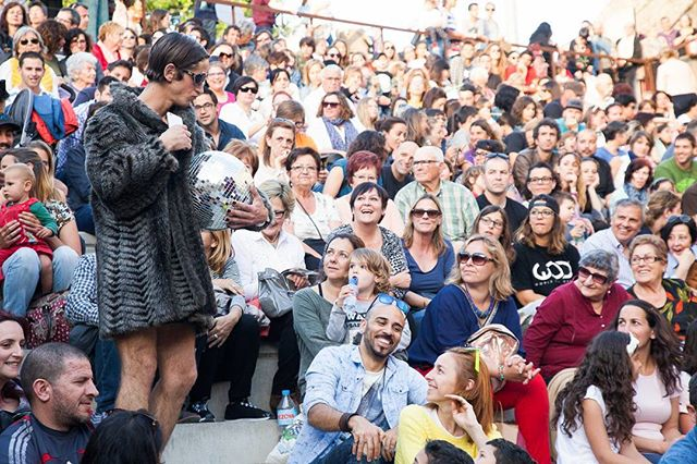 Pre-show {PULSO}. Minerva breaking some Ice at @circaire . Minerva rompiendo en poco el hielo en @circaire #atempocirc #circ #teatre #dance #cirque #circocontemporaneo #newshow #art #laugh #contemporary #reality Photo by the great @ulls2006