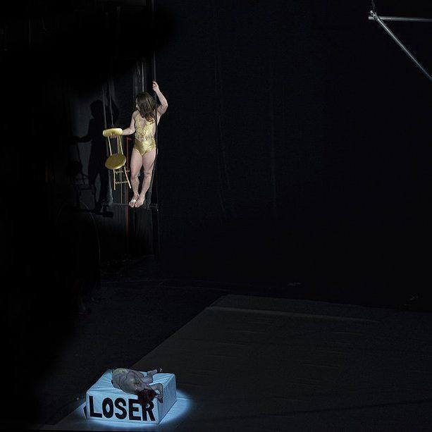 El peligro tiene su razón: obligará a tus músculos a lograr una precisión perfecta y esta precisión será la belleza de tu danza. {Learning,beginning to lose} #atempocirc  #circuscreation #circocontemporaneo #tributoamissmara #lenribot #matiasmarre #nataliadannunzio #espacecatastrophe  #theatrevaria #lacentraldelcirc  #lagrainerie Foto: Irene Prat