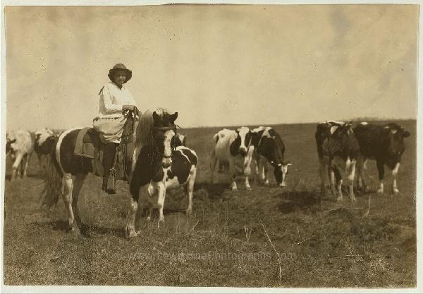 """Sarah Crutcher, niña pastora de 12 años. Estuvo fuera de la escuela (#49 Comanche County) sólo dos semanas este año, y fue para pastorear 100 cabezas de ganado. """"Tampoco me gustó"""", dice. Lawton, Oklahoma, abril, 1917."""