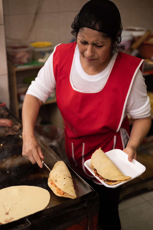 Ella es Edith, encargada de quesadillas y antojitos en Cocina Mago