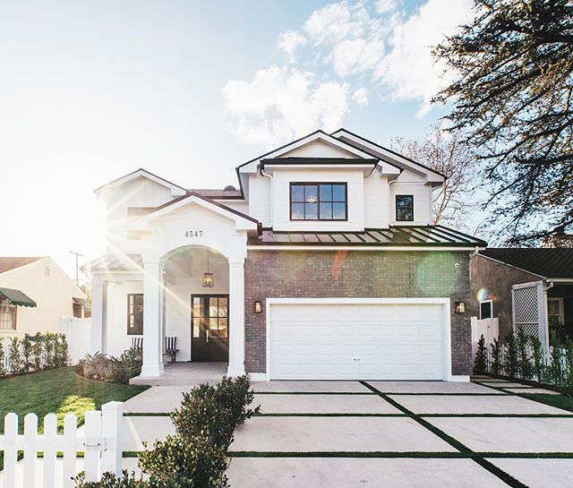 Happy Tuesday everyone! How beautiful is this modern cape cod? It's perfect for anyone looking for accessibility to Ventura Blvd and one of the best school districts in LA! #swipe for a sneak peak of the inside ⬅️ Now being offered at $2,049,000