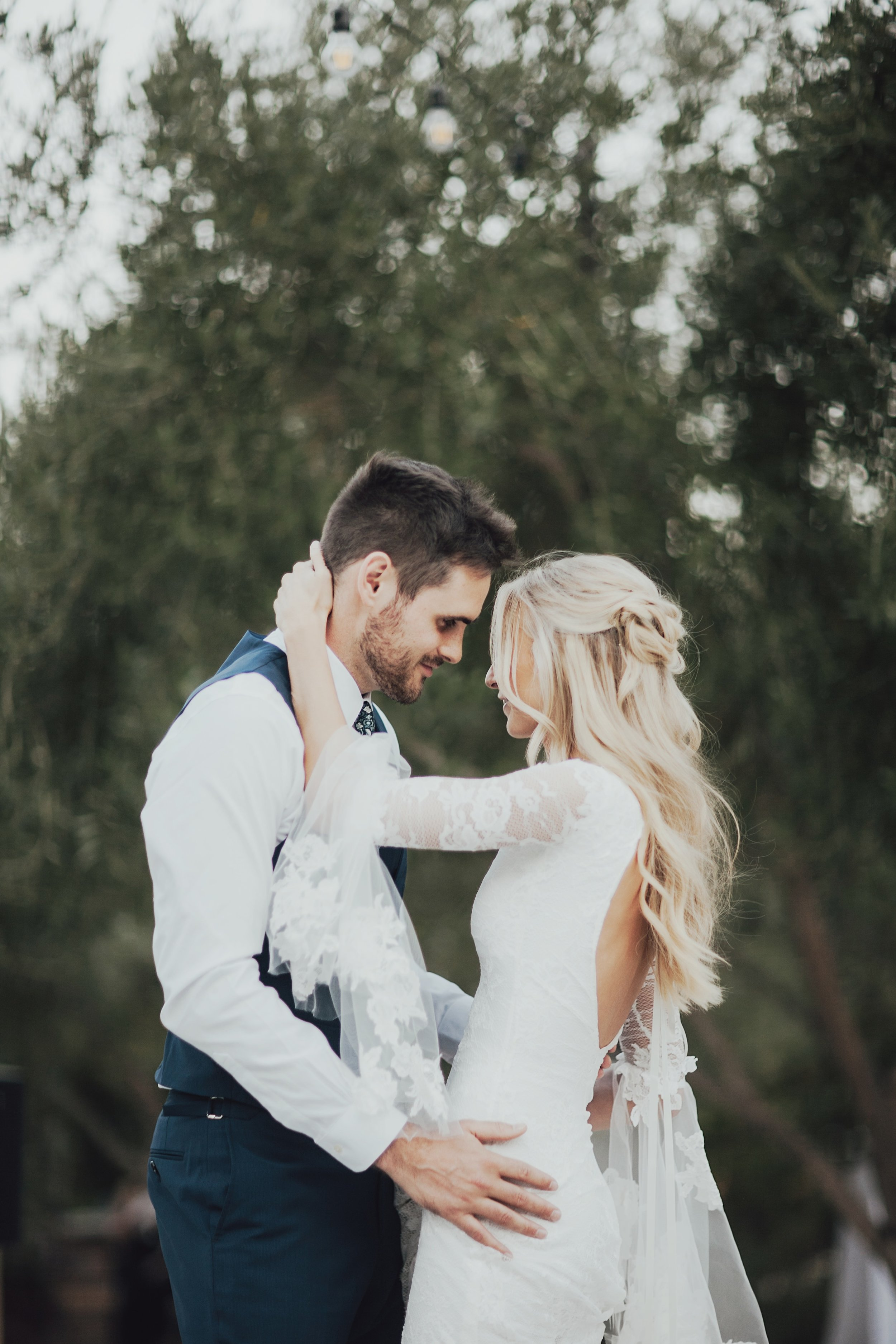 soft natural lighting during the first dance