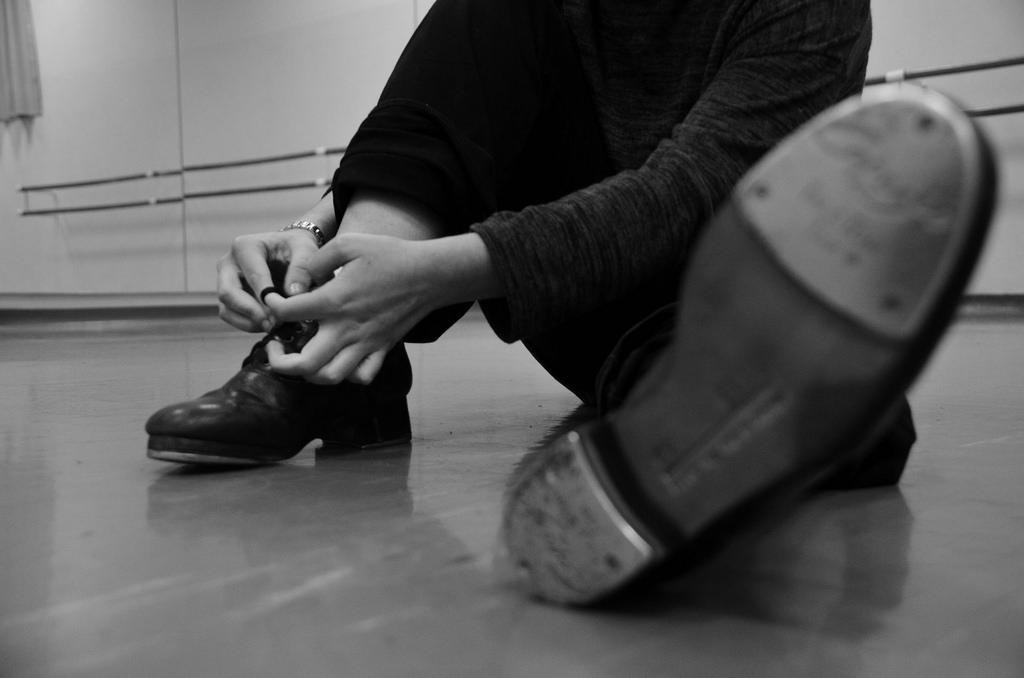 Ritme, timing en dans, dat is de essentie van tapdance. Deze dansvorm is ontstaan in Amerika in de negentiende eeuw. Het hoogtepunt van het tap lag tussen 1900 en 1955. Denk aan grote shows op Broadway en aan de vele Hollywoodfilms en musicals. In de taples leer je de authentieke danspassen en combinaties uit de beginjaren, uitgevoerd op muziek uit die tijd, maar ook nieuwe danscombinaties op eigentijdse muziek. Muziek maken met je voeten!    Klik hier   voor het rooster van Hengelo
