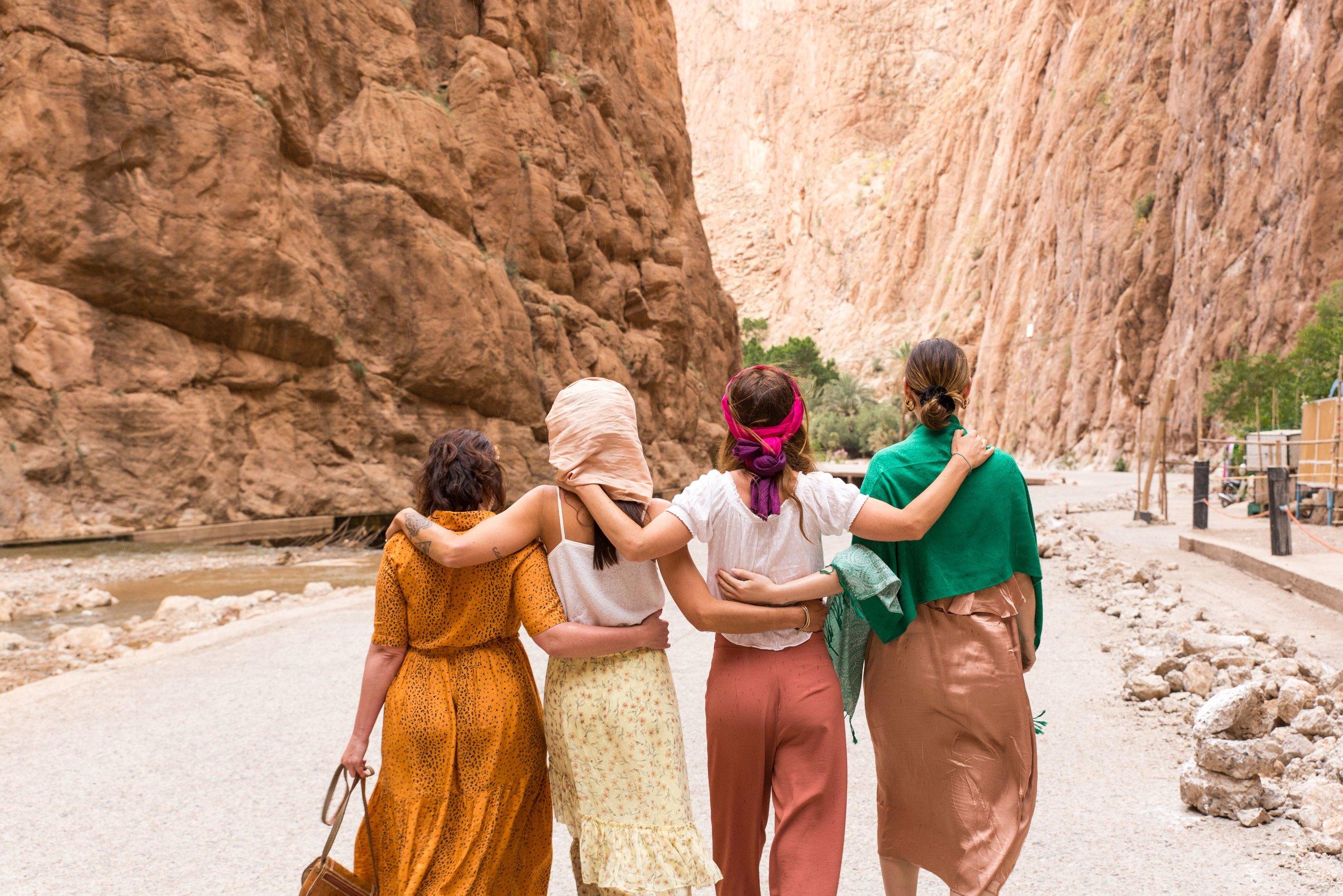 Marrakech - Sahara - De kosten voor deze reis zijn 1295,- Inclusief: 3 maaltijden per dag, 9 overnachtingen in mooie lodges en een luxe tentenkamp in de Sahara. Transport voor de gehele reis inclusief pick up en drop off vanaf het vliegveld in Marrakech. Excursies met lokale gidsen. Nederlandse en lokale begeleiding en chauffeur. Meditaties om echt te kunnen connectie met de krachtige energie in het land en zo tijdens het reizen ook een reis naar binnen te kunnen maken.