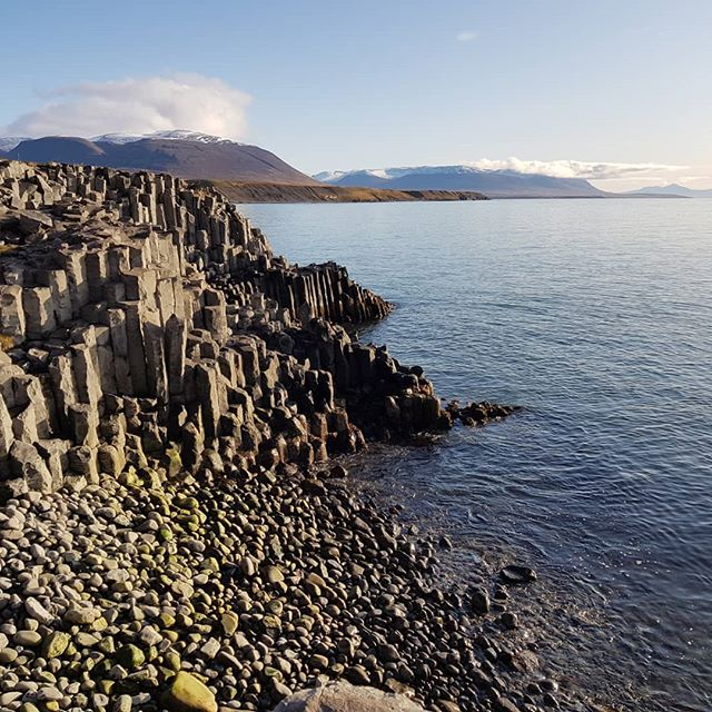 Hofsós coast with gorgeous basalt columns  #lambagrascultura  #hofsos#skagafjordur #visitskagafjordur #northiceland #islanda #iceland #arcticcoastway