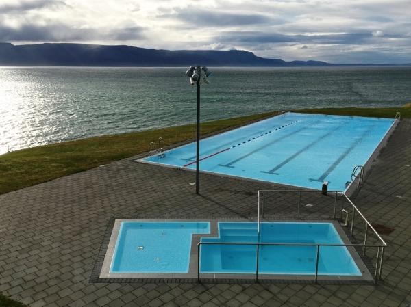 Oui oui, c'est vraiment une piscine publique d'une ville en Islande!
