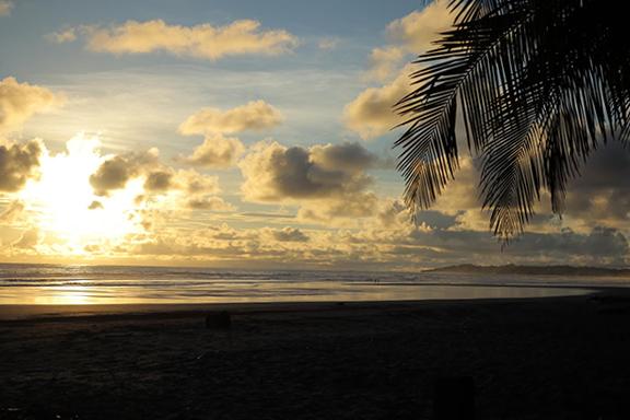 La plage à 250m du Outsite Costa Rica, où on peut admirer le lever et le coucher du soleil