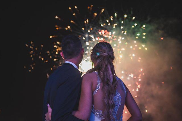 Mil gracias a Verónica y Alvaro por confiar en mi para hacer el vídeo se boda. Un gran fiesta y yo final increíble .  Todo funcionó como un reloj suizo baja gracias a la organización de @vanessaabascalweddingplanner . . . . . . . . . #bodas #wedding #fireworks #santander #bodascantabria #bodas2019 #weddingdress #fuegosartificiales