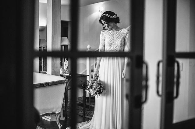 Este fin de semana he tenido el placer de trabajar en el equipo de  vídeo de @rubendiaz_bodas para grabar  la boda de @davs_ru_al y @sergio.ldb en el @cigarraldelangel en #toledo , aunque estaba haciendo vídeo no he podido evitar hacer alguna foto a una novia tan espectacular en un entorno tan bonito. Ha sido una día preciso en el que la lluvia nos acompañó todo el día a modo anecdótico, porque sinceramente fue una boda perfecta , pareja genial , invitados de 10 y el @cigarraldelangel precioso y con un trato genial tanto a invitados como a profesionales durante ese día .  Me llevo también la gran satisfacción de haber conocido a @leirero.fotografia , una fotógrafa llena de energía que seguro que si sigue con esas ganas de aprender llegará muy lejos en este mundo de las bodas . Y como no, una vez más el gustazo de trabajar mano a mano con @ln.visuals , cada vez más profesional y siempre con la sonrisa puesta . . . . . . . . . #novia #bride #bodas2019 #wedding #weddingphotography #blancoynegro #blackandwhitephotography #novias2019 #bodastoledo #bodascantabria #toledospain #cigarral #noviasreales  #noviasunicas #bridephotography #canon