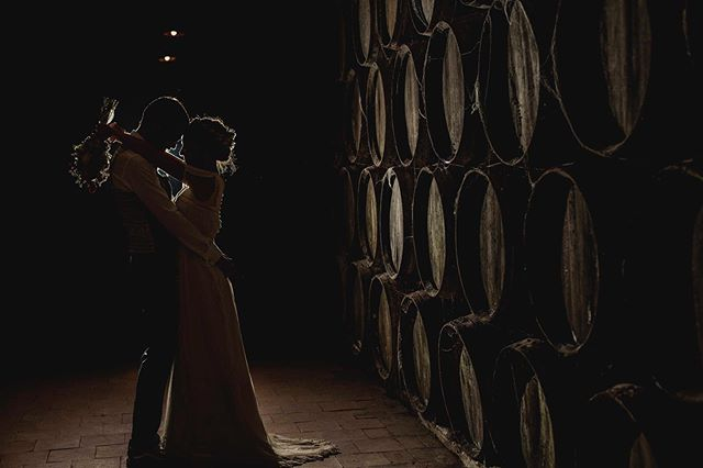 La fotografía tiene la capacidad de penetrar en lo más profundo de tu mente y evocar recuerdos con todo detalle. Hoy mientras actualizaba la web me he encontrado con esta fotografía tomada en ciudad real hace algo más un año. Al ver la foto recuerdo a la perfección el olor de la bodega , la sensación de humedad etc... pero sobre todo recuerdo lo bien que me lo pasé en la boda de @alberto.mugica y @laxiraa . Creo que sin duda esta ha sido una de las bodas más especiales que he hecho, lo bien que me trataron, poder pasar dos días enteros con la familia, convivir con ellos en la misma casa, la luz de esos días ... a veces todo se pone de acuerdo para volver a casa pensado que tienes el mejor trabajo del mundo. . . . . . . . . . #wedding #weddingphoto #fotografiadebodas #bride #novia #bodas2018 #canon #backlight #weddingphotographyinspiration