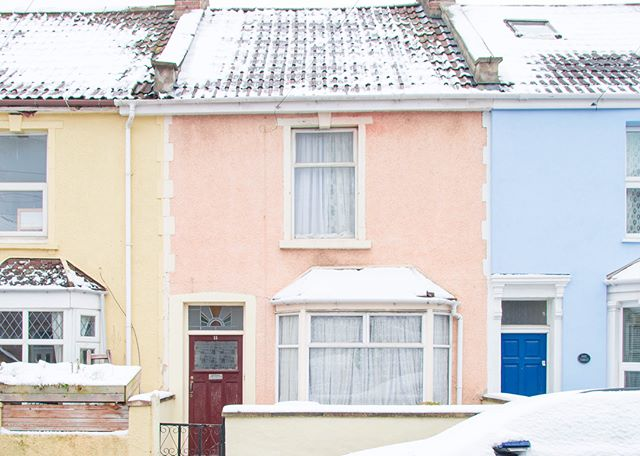 Snowy scenes in Bristol yesterday from our photographer @seenbysuzie. Loving the light dusting on roofs/door frames. #BristolDoors