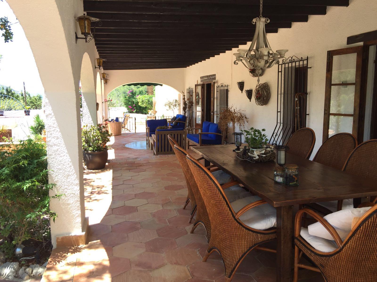 Enkele trappen geven U toegang tot de sensationele naya... - Een overdekt terras van maar liefst 70m2.Hier kunt u 's ochtends ontbijten en 's avonds genieten van de mooie zonsondergang. Ook voor overdag een zalige plek om even uit de zon met een goed boek te relaxen.