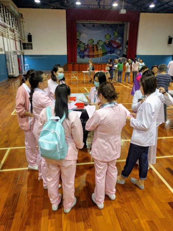 Nurses briefing before the start of vaccination operations at an elementary school in New Taipei City.