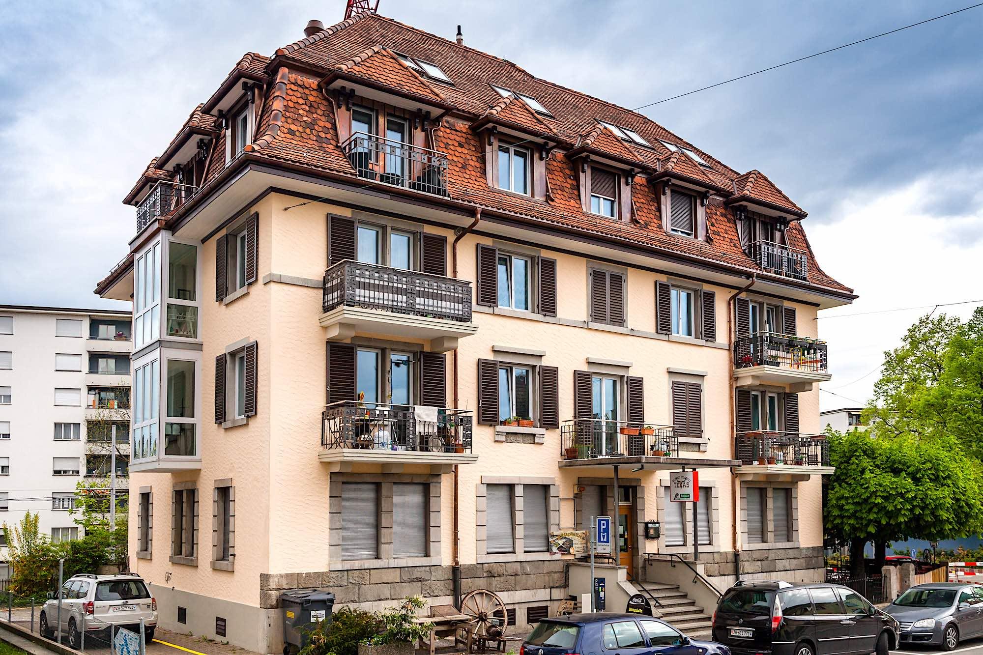 Badenerstrasse, Zürich - 11-Familienhaus mit Gastronomiebetrieb im EGAusgeführte Arbeiten:60 Fenster ersetzen im ganzen Haus (Kunststofffenster)Alle Fensterläden ersetzen (Aluminium-Fensterläden)11 Brandschutztüren (Wohnungs-Eingangstüren)2 abgehängte Stahl-Balkone (Erker)