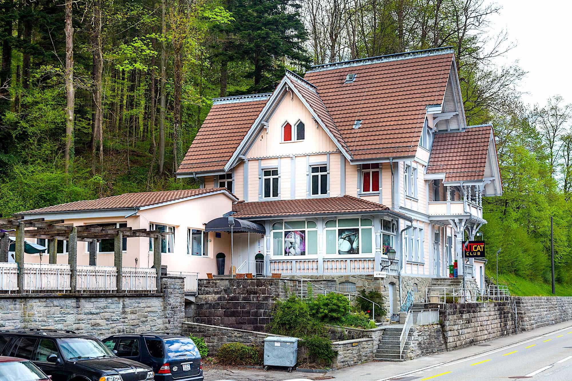 Sihlwald, Horgen - GastronomiebetriebAusgeführte arbeiten35 Fenster ersetzen (Holzfenster)3 St. Eingangs- und Nebeneingangstüren (Kunststoff)