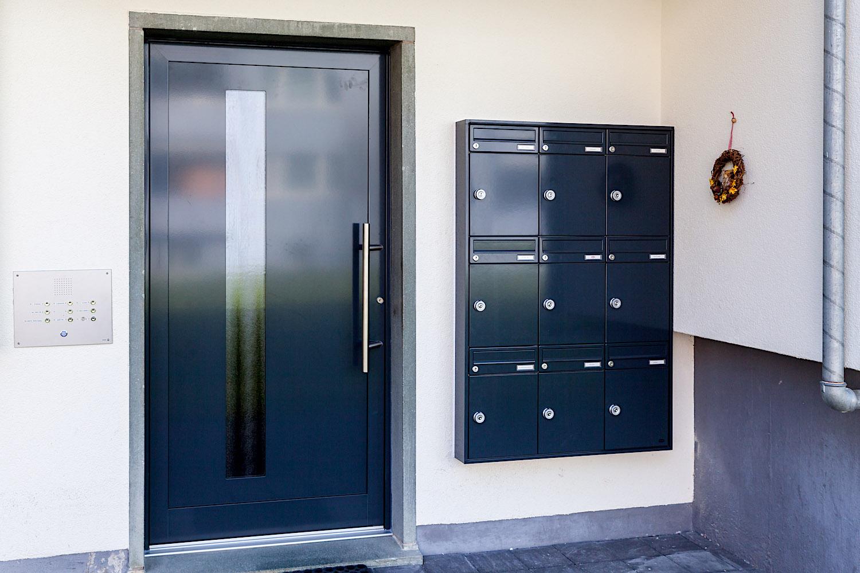MFH in Glarus - Aluminium-Eingangstür mit Briefkastenanlage für WandeinbauBriefkasten: RENZ-Briefkasten für Wandeinbau bestehend aus Brieffach und PaketboxVerglasung: Chinchilla