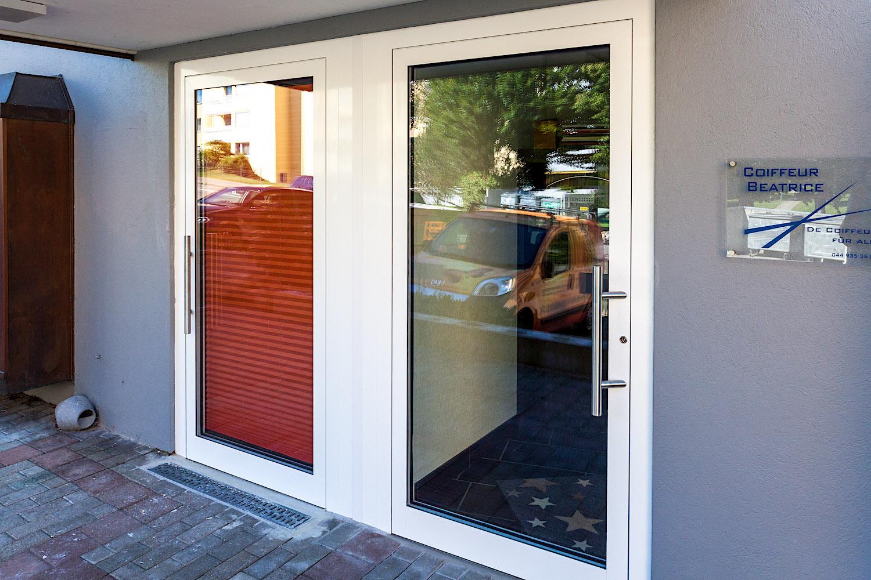 Geschäfts-Eingang in Gossau/ZH - 2 Aluminium-Eingangstüren gekoppelt vor Zwischenwand für 2 separate GeschäftseingängeVerglasung: Klarglas