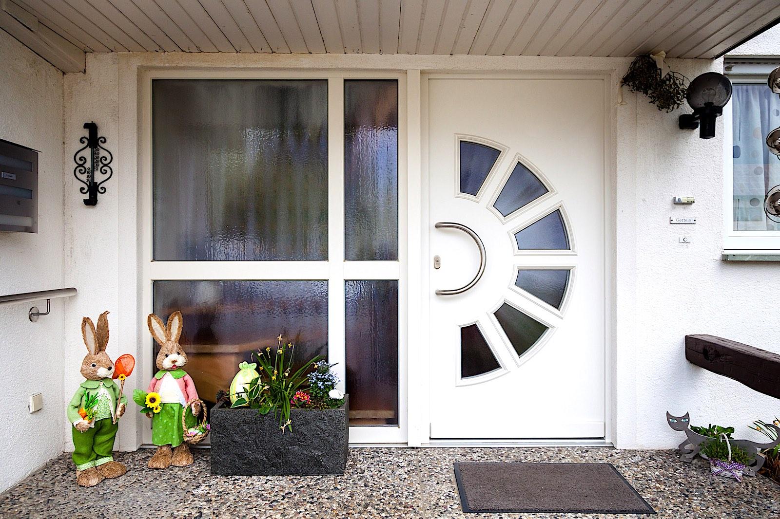 EFH in D-Jestetten - Holz-Haustür in Türblatt-Konstruktion mit 4-teiligem SeitenelementVerglasung: Chinchilla