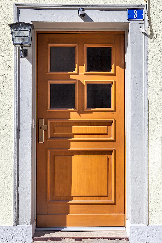 EFH in Löhningen/SH - Holz-Eingangstür in Kiefer-RahmenkonstruktionVerglasung: Barock
