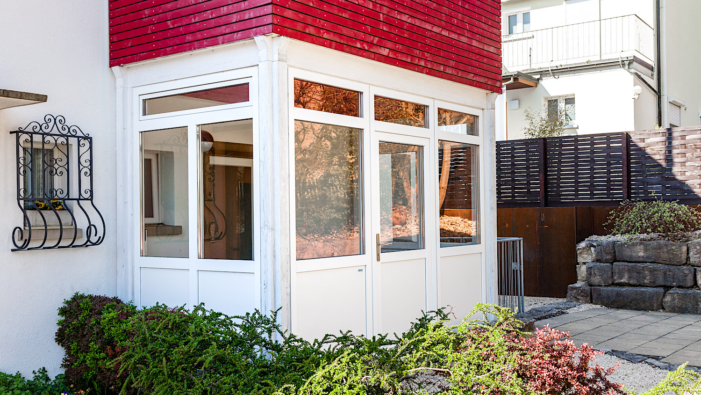 EFH in Schaffhausen - Aluminium-Eingangstür als Windfang-Verglasung bestehend aus einem Türelement mit 2 festverglasten Seitenteilen und 2 zusätzlichen Seitenteilen mit Oberlicht-KippfensterVerglasung: Klarglas