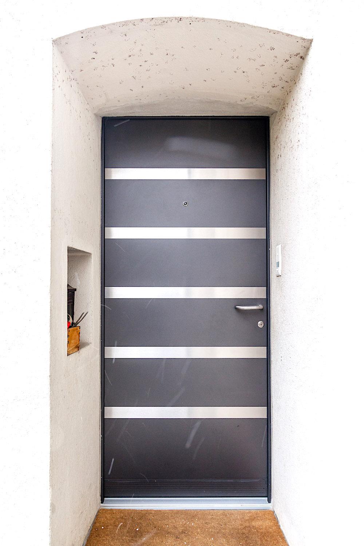 EFH in Bergdietikon - Aluminium-Eingangstür mit geschlossenem Türblatt