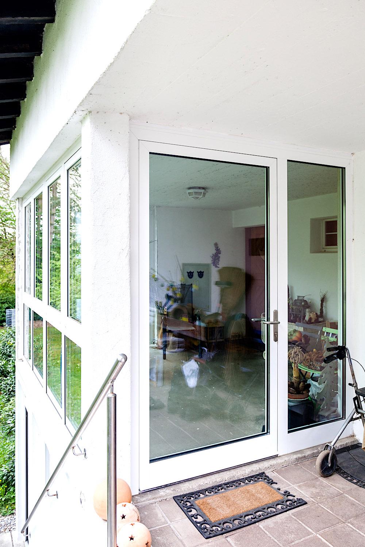 EFH in Bülach - Aluminium-Eingangstür als Windfangverglasung mit festverglastem Seitenteil und zusätzlichen Aluminium FensterelementVerglasung: Klarglas
